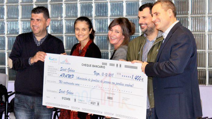 Los responsables de Saint-Gobain y la asociación APAMP durante el acto de entrega del cheque.