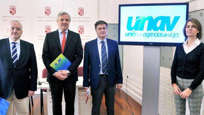 Responsables de UNAV, junto al presidente y la diputada de Prodestur, en la rueda de prensa. / KAMARERO