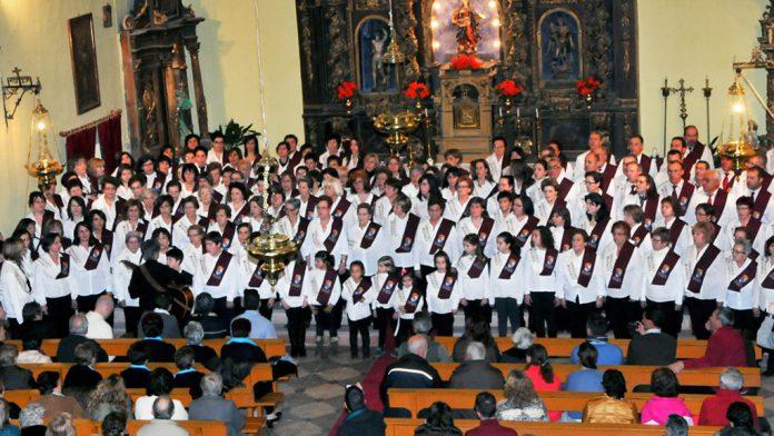 Una actuación de los coros de las Aulas de Convivir Cantando. / el adelantado
