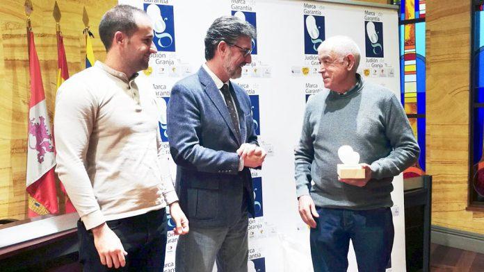 El hortelano granjeño recogiendo el premio de manos del alcalde del Real Sitio. / el adelantado