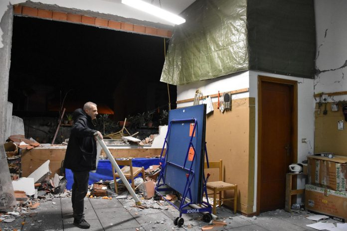 Un hombre inspecciona los daños en el interior de un edificio tras el terremoto ocurrido ayer en Sicilia.