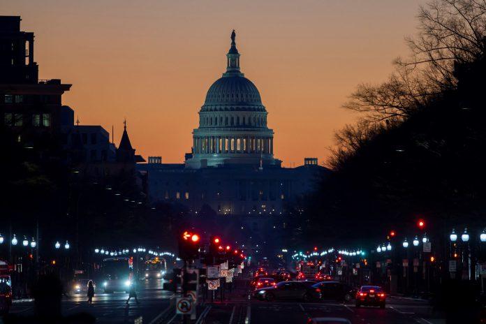 Vista del Capitolio al amanecer en Washington DC. El cierre parcial del gobierno entró este jueves en su sexto día.