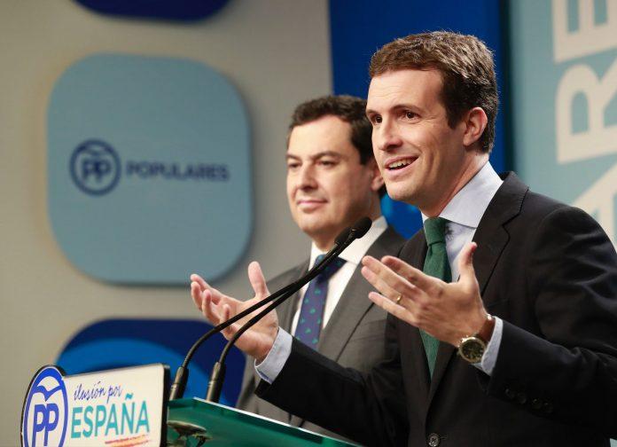 El presidente del PP, Pablo Casado (d), junto al candidato del partido a la Junta, Juanma Moreno en la rueda de prensa.