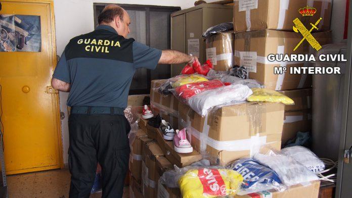Un agenta de la Guardia Civil incauta ropa deportiva falsificada