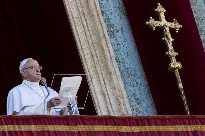 El Papa Francisco se dirige a la multitud en la Plaza de San Pedro en el Vaticano durante la bendición del 'Urbi et Orbi'.