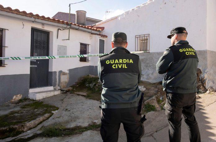 Efectivos de la Guardia Civil custodian la vivienda de la zamorana Laura Lelmo en la localidad onubense de El Campillo.