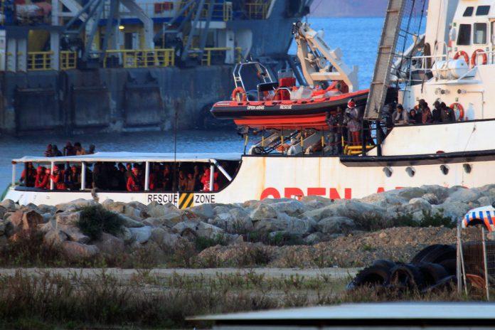 El buque Open Arms a su llegada al puerto de Crinavis de San Roque en la bahía de Algeciras, Cádiz.