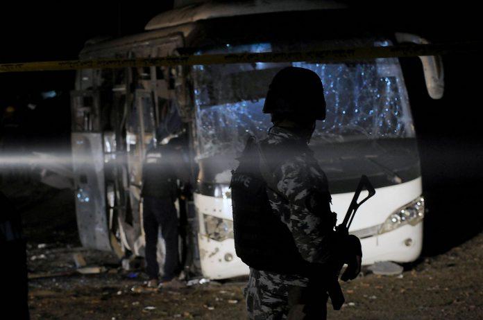 Miembros de las fuerzas de seguridad inspeccionan los daños causados por un atentado bomba en el que murieron tres turistas vietnamitas y un trabajador egipcio.