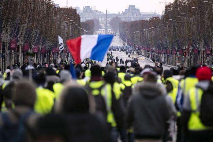 Varios manifestantes protestan en los Campos Elíseos de París tras los últimos incidentes en la capital.