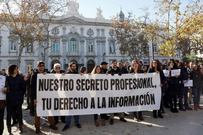 Varios periodistas muestran su indignación ante las puertas del Tribunal Supremo en Madrid.
