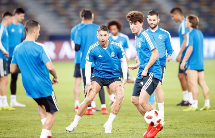 Los jugadores del Real Madrid realizan varios ejercicios en el estadio Zayed Sports City, en Abu Dabi.