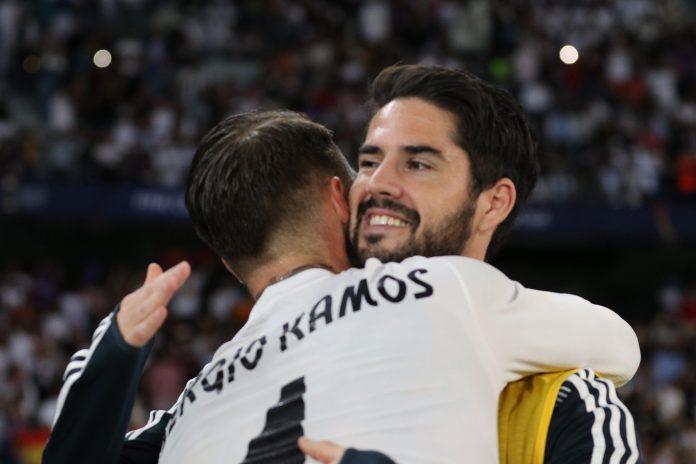Isco abraza a Sergio Ramos durante el pasado Mundial de Clubes.
