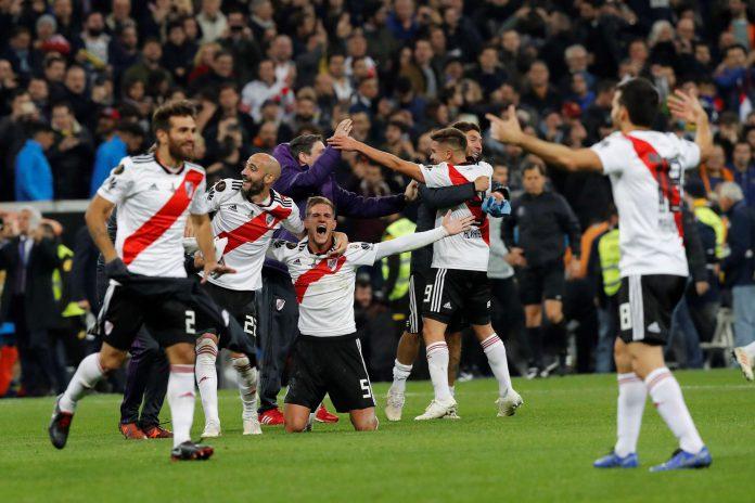 Los jugadores del River Plate celebran el título conquistado en el Santiago Bernabéu.