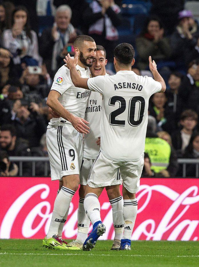 Asensio y Lucas felicitan a Benzema tras marcar el gol de la victoria.