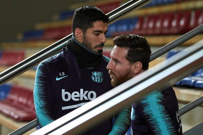 Luis Suárez (izq) y Leo Messi, antes de empezar el entrenamiento de ayer en la Ciudad Deportiva Joan Gamper.
