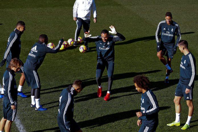 Keylor Navas junto a varios de sus compañeros durante los entrenamientos del equipo blanco en Madrid.