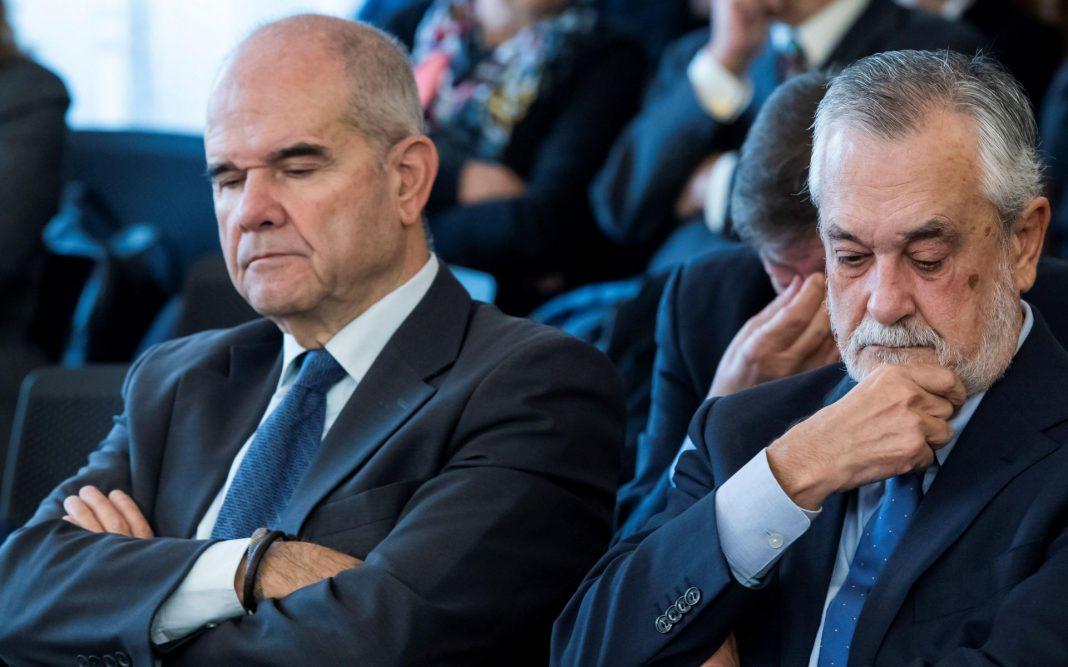 Los expresidentes de la Junta de Andalucía Manuel Chaves (i) y José Antonio Griñán, procesados por el caso de los ERE fraudulentos.