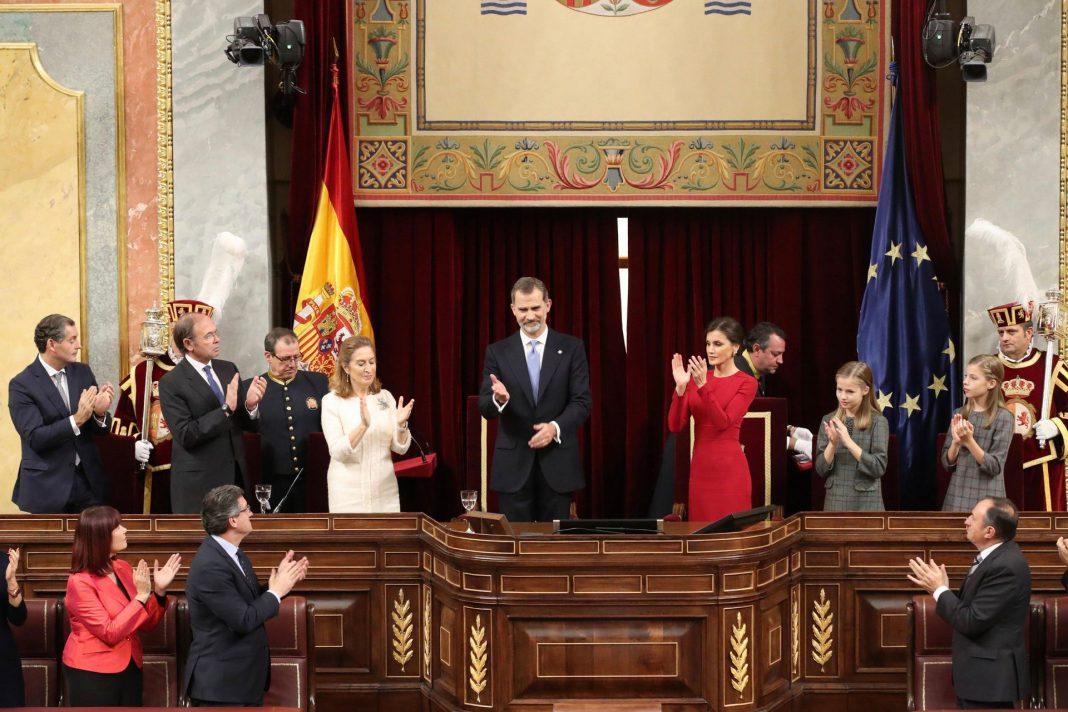 El Rey Felipe VI es aplaudido por los asistentes tras su discurso en el acto de conmemoración del cuarenta aniversario de la Constitución.