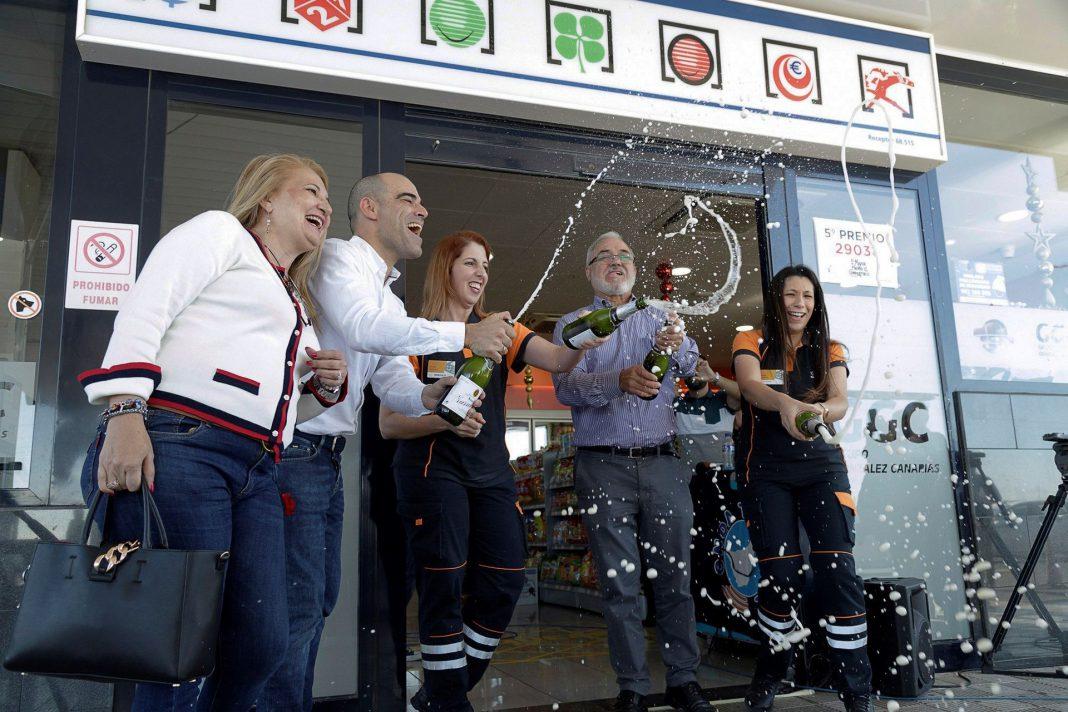 Los propietarios de la administración de Granadilla (Tenerife) celebran haber repartido el 'Gordo', un cuarto y dos quintos.