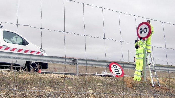 Cambio de la última señal de reducción de 100 a 90 kilómetros por hora en la provincia de Segovia ayer.