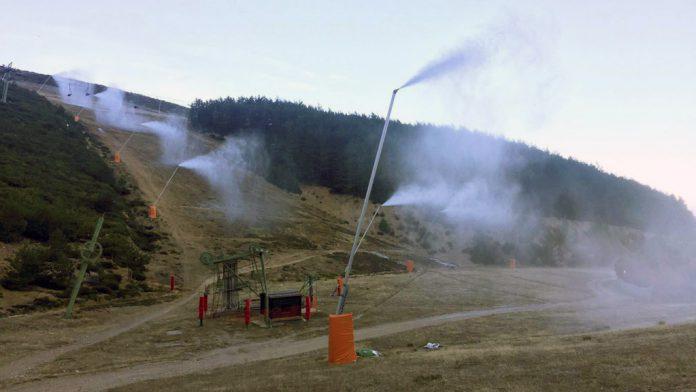 Los cañones de nieve han superado las pruebas y hoz empezarán a funcionar durante cuatro días seguidos. / E.A.