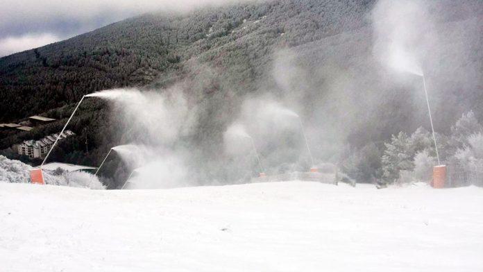 Los cañones de nieve han estado funcionando durante varios días consecutivos. / el adelantado
