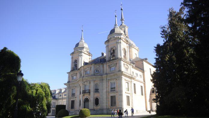 Numerosos visitantes pasan todos los años por la Colegiata del Palacio Real de La Granja. / rocío pardos