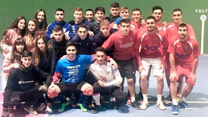 Organizadores y participantes del torneo navideño de fútbol sala. / l.m.