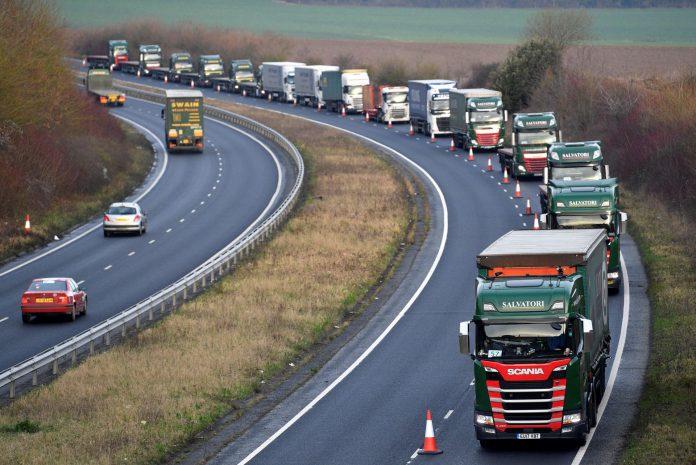 Varios camiones realizan un ensayo de circulación para prevenir congestiones por mayores controles fronterizos.