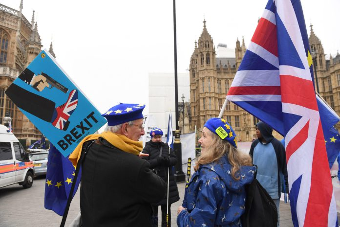 Varios manifestantes pro europeístas participan en una protesta junto al Parlamento británico en Londres.