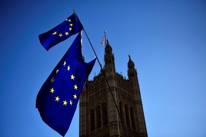 Una bandera de la UE ondea frente al edificio del Parlamento británico este jueves.
