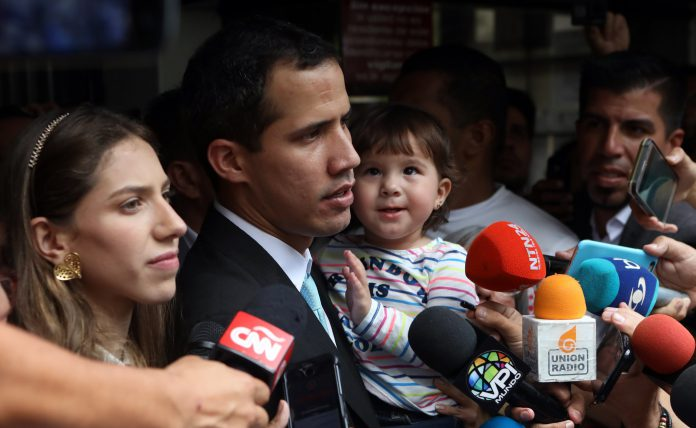 El jefe del Parlamento venezolano, Juan Guaidó, acompañado de su esposa, Fabiana Rosales, y su hija Miranda.