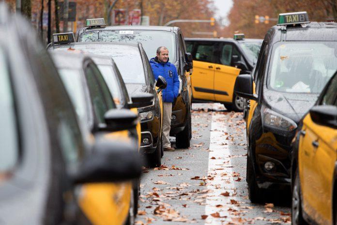 Centenares de taxistas se agolpan en las calles de la capital catalana en medio de la huelga del sector.