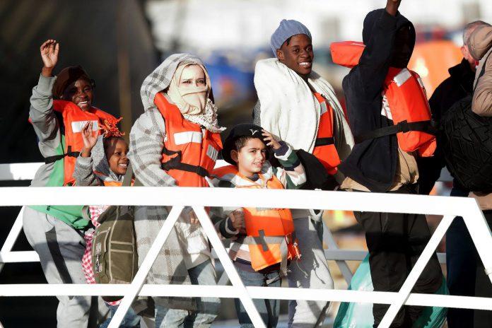 Tras 19 días en alta mar, los 49 inmigrantes pudieron desembarcar en Malta, de donde será trasladados a Europa.