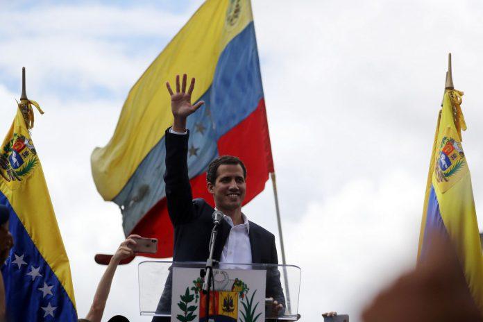 """El presidente de la Asamblea Nacional de Venezuela, Juan Guaidó, se ha autoproclamado """"presidente encargado"""" del país y ha recibido el respaldo de EEUU."""
