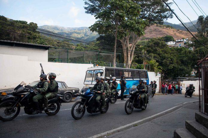 Miembros de Guardia Nacional Bolivariana patrullan una de las calles de Caracas, en Venezuela.