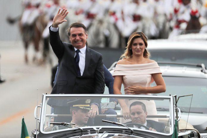 El nuevo presidente brasileño, Jair Bolsonaro, saluda a sus simpatizantes en Brasilia junto a su mujer Michele.