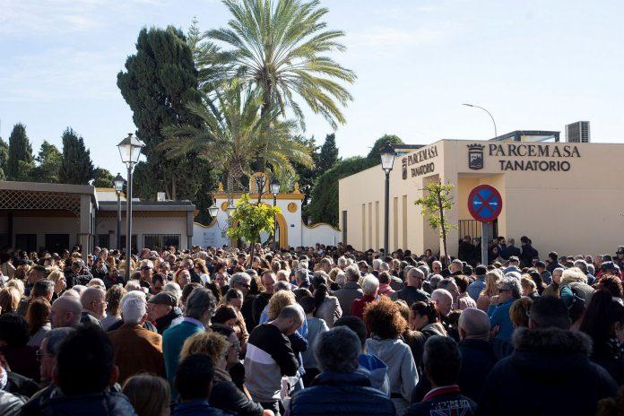 Cientos de personas se reunieron ayer a mediodía para despedir y dar el último adios a Julen.
