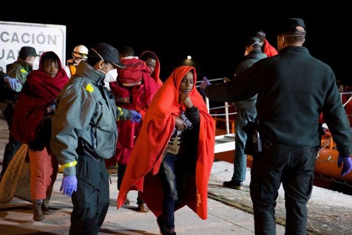 Varios agentes de la Guardia Civil escoltan a los migrantes en Motril.