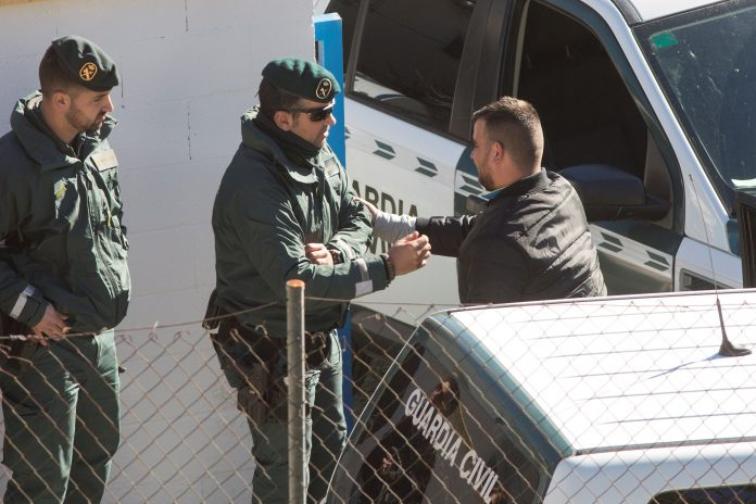 José Roselló, padre de Julen, conversa con dos agentes de la Guardia Civil a su llega a la casa donde están alojados.