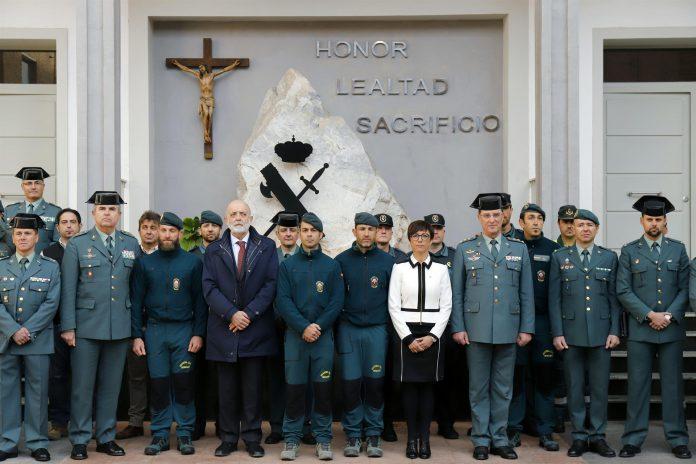 El director de la Guardia Civil, Félix Azón (4i), junto a los agentes que intervinieron en el rescate de Julen.