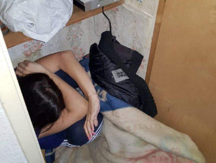 Imagen facilitada por la Policía de Murcia de la mujer escondida en un armario y golpeada por su pareja.