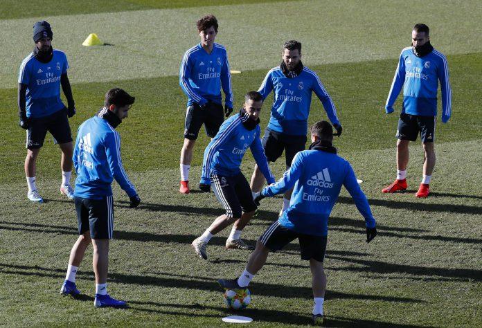 Los jugadores del Real Madrid realizan varios ejercicios durante el entrenamiento del equipo.