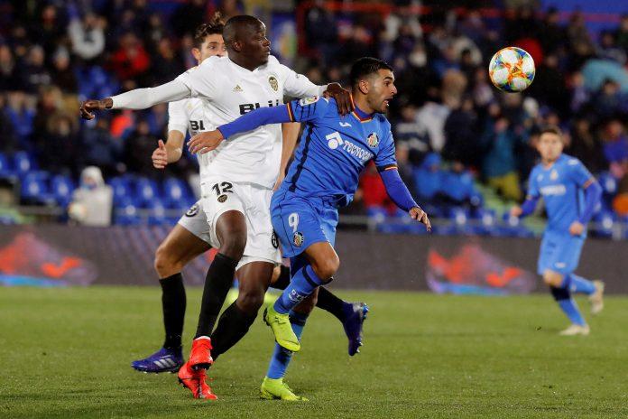 Diakhaby y Ángel pelean por un balón durante el partido de ida de los cuartos de final de la Copa del Rey.