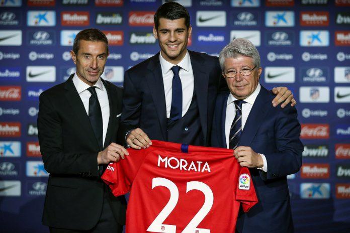 Morata posa junto al presidente del Atlético de Madrid, Enrique Cerezo (d), y el director deportivo, Andrea Berta (i).