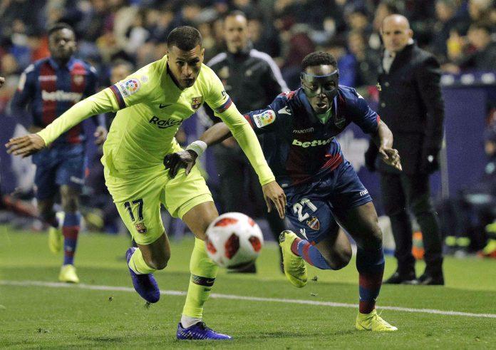 Jeison Murillo, que debutó con el Barça en el partido del Ciudad de Valencia, intenta frenar el avance de Boateng.