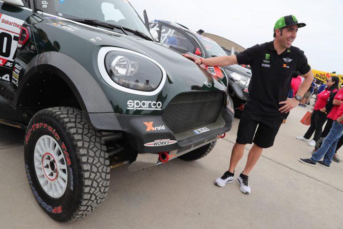 El piloto Nani Roma realiza la inspección técnica del coche con el que competirá en Dakar junto con Carlos Sainz.