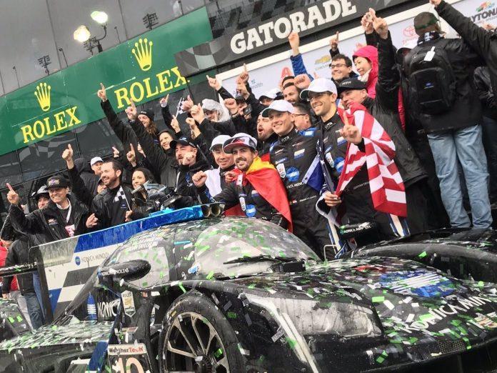 Fernando Alonso (en el centro) celebra su victoria en las 24 horas de Daytona con el equipo Wayne Taylor Racing.