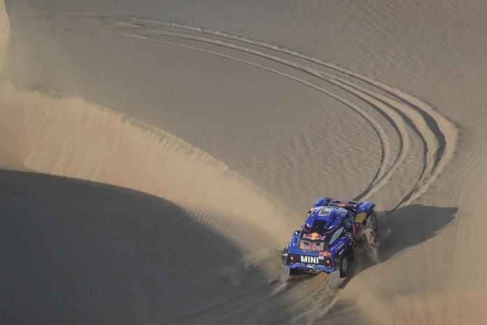 Carlos Sainz conduce su vehículo Mini en la segunda etapa del dakar entre Pisco y San Juan de Marcona.