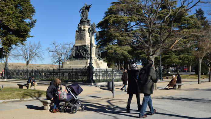 La plaza se completó entre 1908 y 1910 con la instalación del monumento a Daoiz y Velarde, obra de Aniceto Marinas. / ROCÍO PARDOS